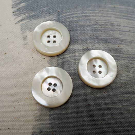 Mother of Pearl button 22mm Fullness