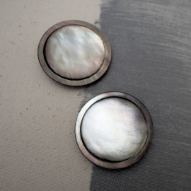 Mother of pearl sewing button Sun Grey 40mm