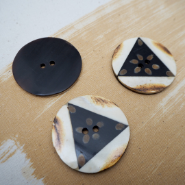 Wood and resin round button 45mm flower