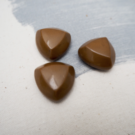 Resin button hazelnut triangle 24mm