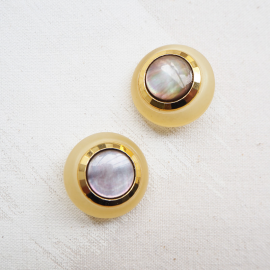 Gold resin and pearly button 28mm