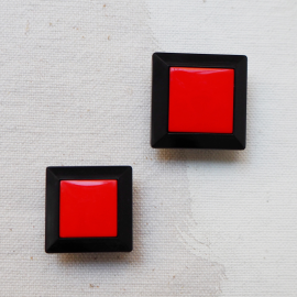 Square Fashion Button Bicolor Black Red 20-22mm