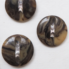 Chic round button fawn horn and mother of pearl 33mm
