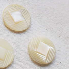 Jewelry button Carved Mother of pearl 21mm