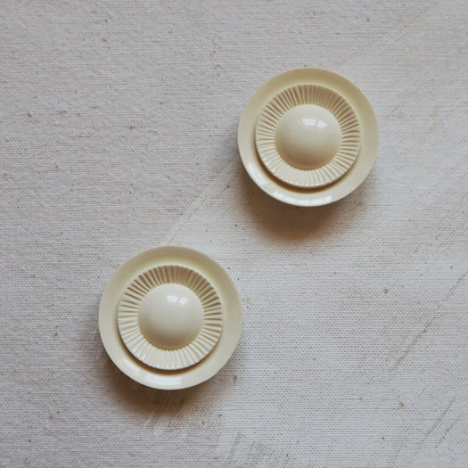 Off White Design Button 39mm Beauty