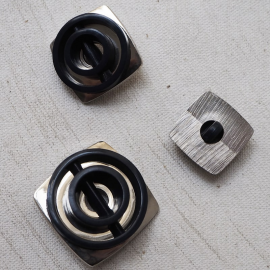 Design Button 70s Spiral Black Silver 22-27mm