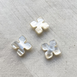 White Mother-of-pearl Puzzle button 16mm